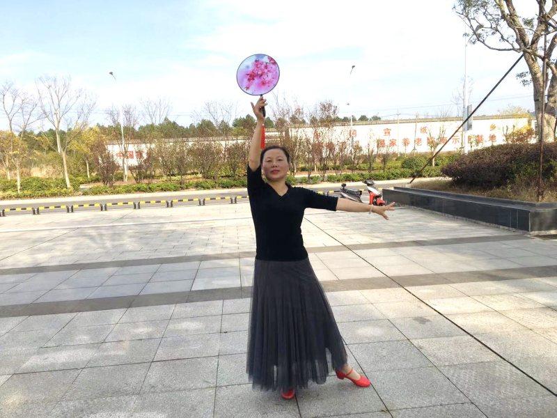 心中有爱 笑对人生 —记宣城泾县老体协中心花园舞蹈分会朱峥嵘